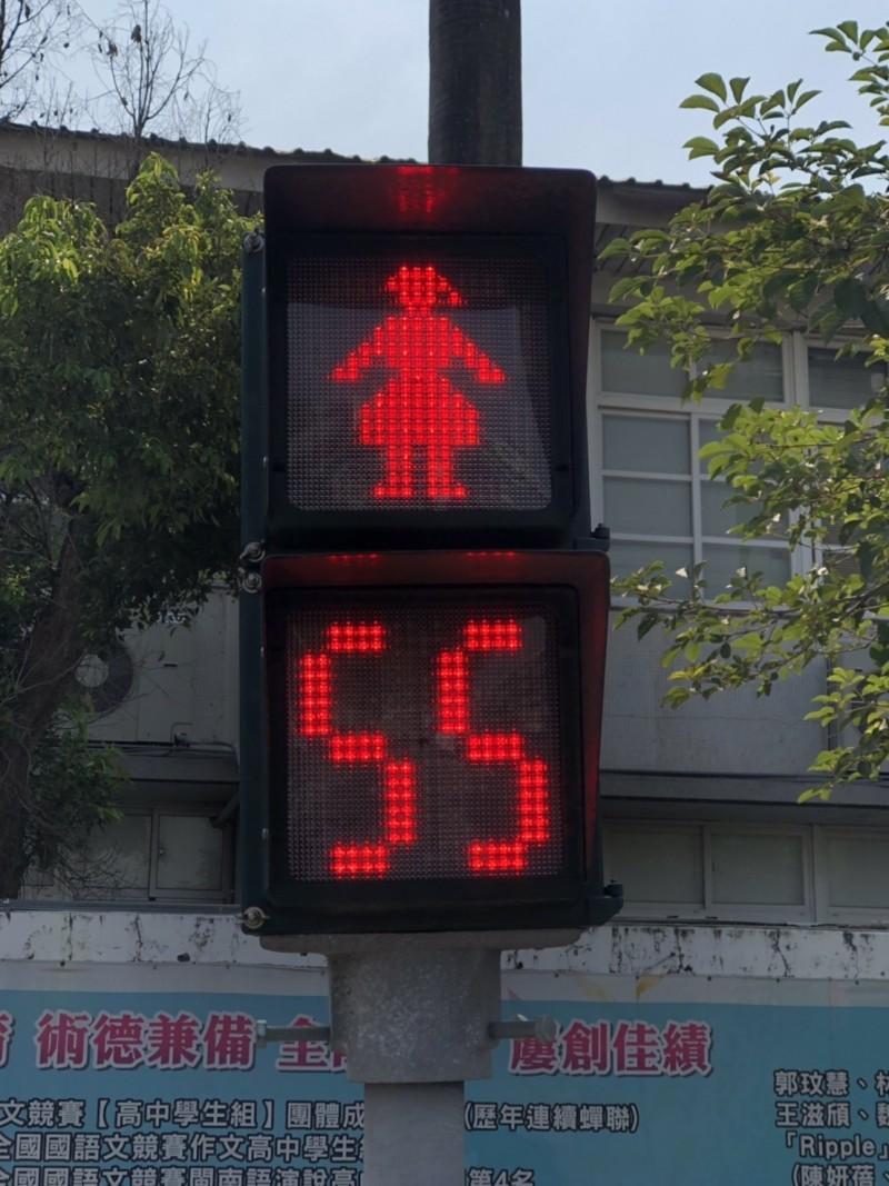 嘉義市「小紅人」紅燈倒數計時秒數,呈現女性圖像。(嘉義市政府提供)
