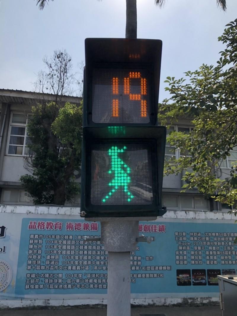 嘉市路口出現「女版小綠人」行人號誌燈,小綠人穿裙裝、留長髮,呈現女性圖像。(嘉義市政府提供)