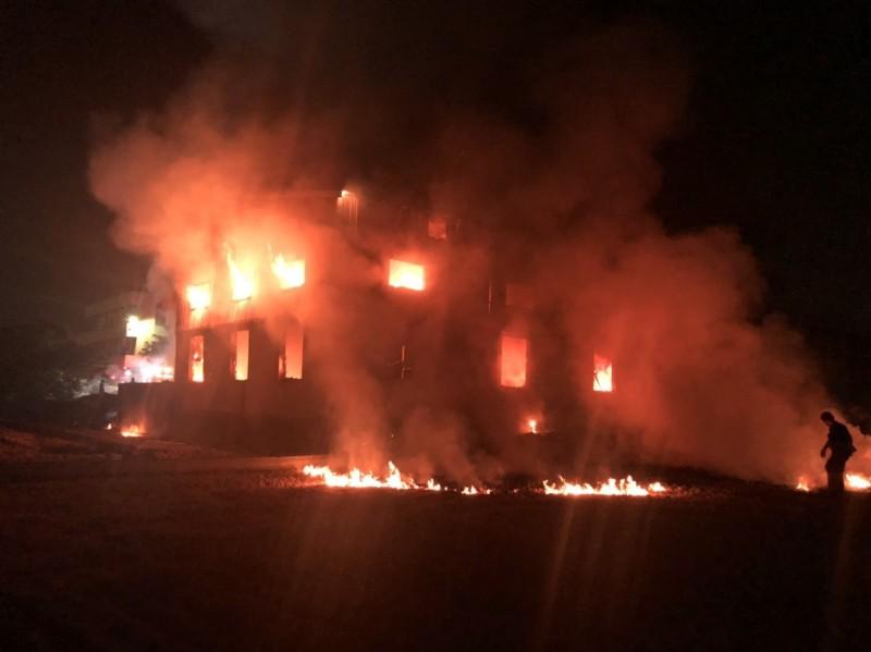 彰化鹿港工廠倉庫今晚驚傳大火,烈焰沖天。(記者湯世名翻攝)