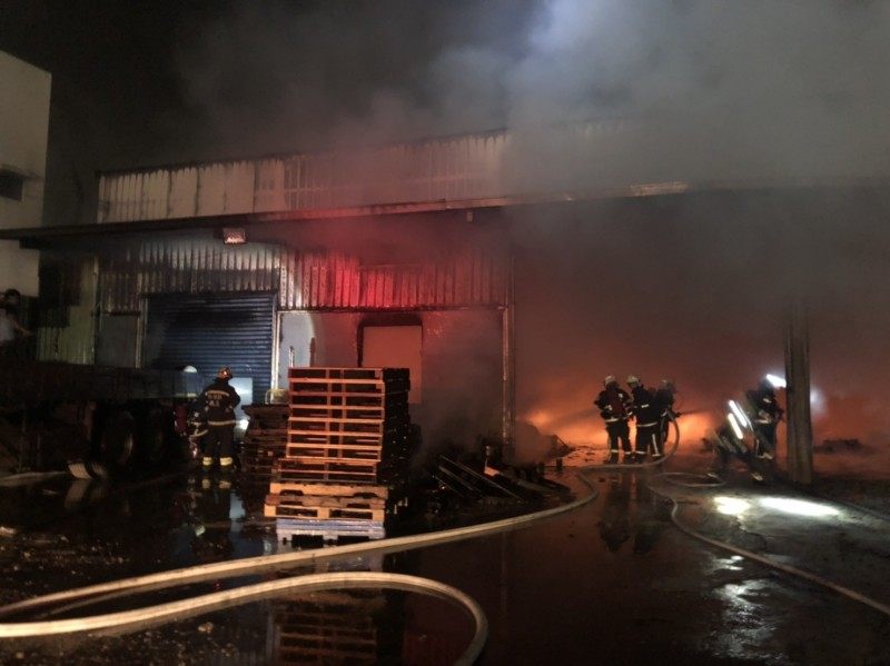 彰化鹿港工廠倉庫今晚驚傳大火,烈焰沖天,消防員噴水灌救。(記者湯世名翻攝)