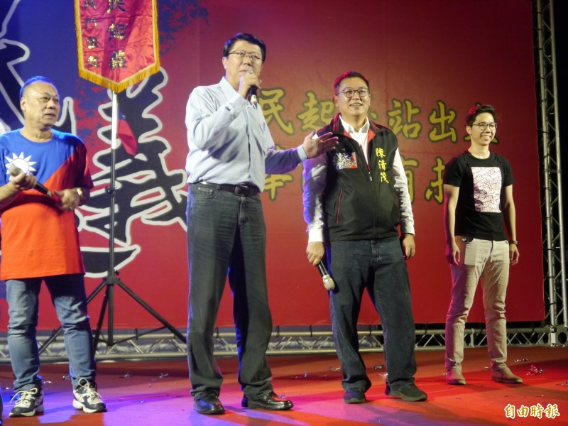 謝龍介(中)呼籲民眾支持國民黨參選人與韓國瑜。(記者張軒哲攝)