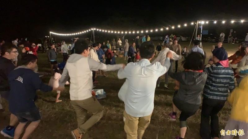 墾丁星海草地音樂會氣氛超嗨,野餐聽歌看流星還有天文科普教學,金曲歌手徹摩還直接下場帶動跳,氣氛很嗨。(記者陳彥廷攝)