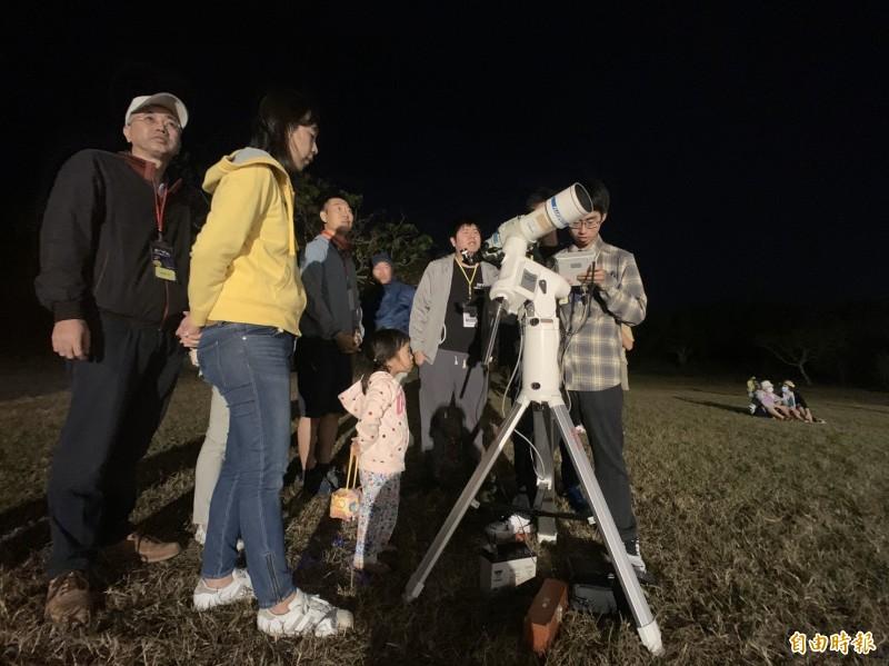 墾丁星海草地音樂會氣氛超嗨,野餐聽歌看流星還有天文科普教學。(記者陳彥廷攝)