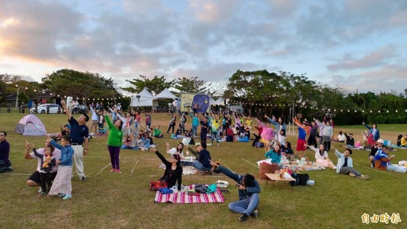 墾丁星海草地音樂會首創野餐聽歌看流星。(記者陳彥廷攝)
