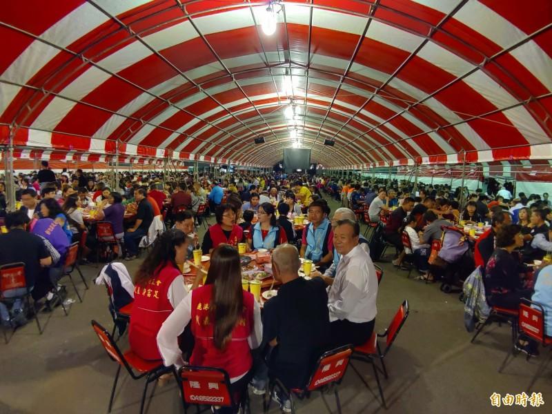 眾所期盼的彰化縣鹿港鎮幸福小吃宴,今晚在別開生面的「廚師亂打秀」快閃進場之後熱鬧開吃。(記者湯世名攝)