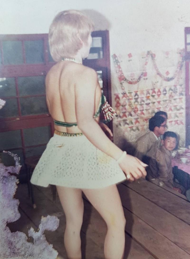 蘇坤霖當年模仿「瑪麗蓮夢露」造型闖盪脫衣舞界。(記者鄭旭凱翻攝)