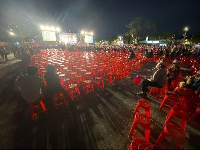 曾多次出席韓國瑜造勢活動,計算現場人數的PTT網紅「四叉貓」照例前往土城計算現場椅子推算人數。圖為從後方拍攝的主舞台區。(擷取自PTT)