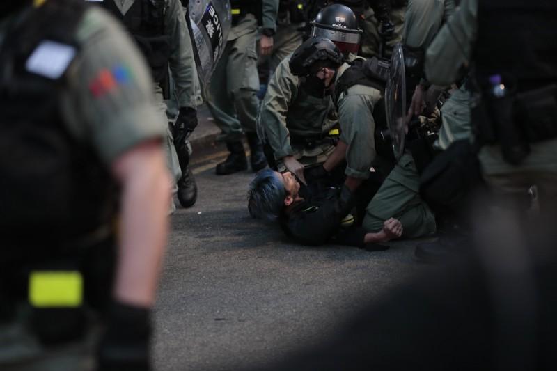 香港警方14日逮捕2名德國學生。圖為港警逮捕民眾示意圖,與新聞內容無關。(美聯社)