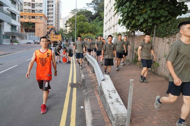 數十名解放軍士兵今日從九龍塘軍營上街,協助「清除障礙」。(法新社)