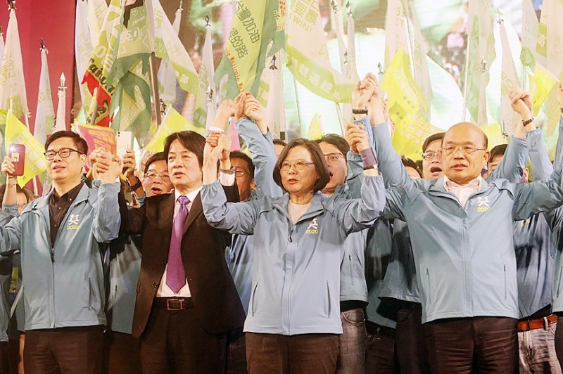 From left, Vice Premier Chen Chi-mai, former premier William Lai, President Tsai Ing-wen and Premier Su Tseng-chang hold raised hands at the launch of Tsai's Kaohsiung campaign headquarters yesterday.  Photo: CNA