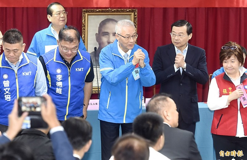 Chinese Nationalist Party (KMT) Chairman Wu Den-yih, center, thanks attendees at a meeting of the party's Central Committee in Taipei yesterday.  Photo: Chien Jung-fong, Taipei Times