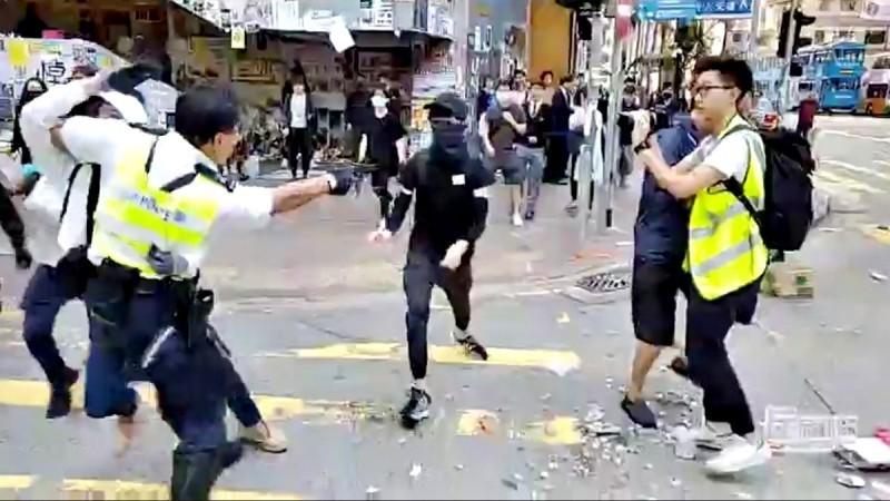 香港警務處處長盧偉聰稱「近年多項民意調查顯示,市民對警隊滿意度屢創新高」。此說法卻遭網友留言灌爆,怒轟「警謊」、「平行時空!」。圖為港警近距離實彈射殺毫無防備、手無寸鐵的示威者。(路透)
