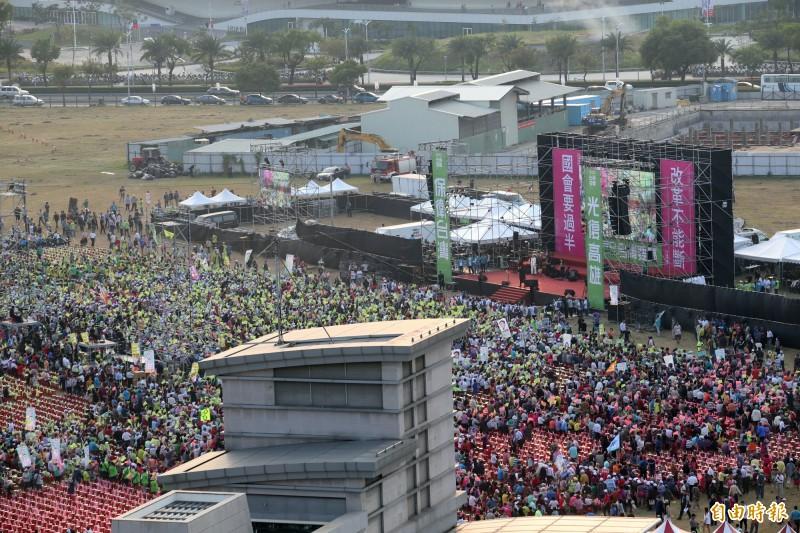 蔡英文高雄競選總部成立,超過十萬人陸續湧入會場。(記者張忠義攝)