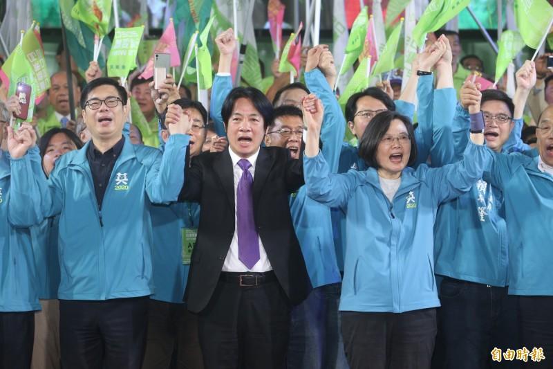 蔡英文高雄競選總部成立,蔡英文與賴清德同台高聲歡呼。(記者張忠義攝)