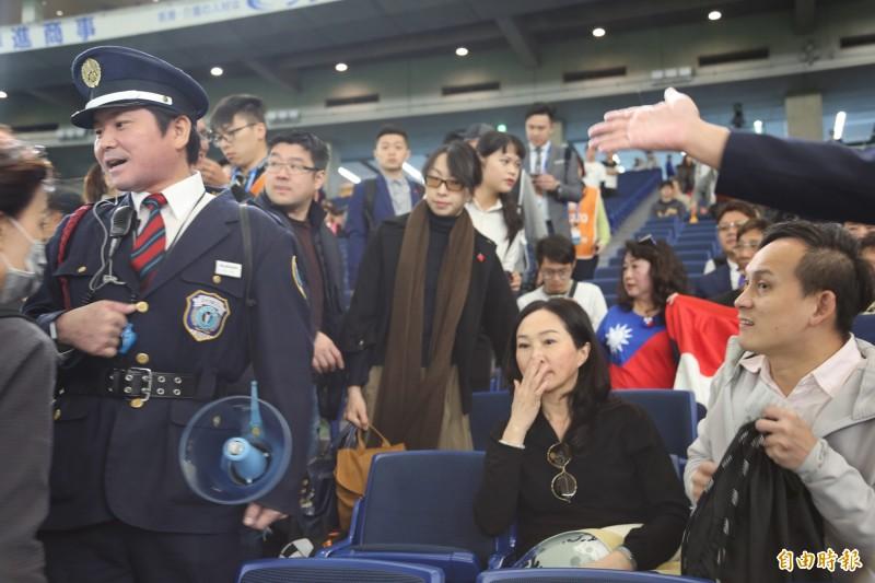 國民黨總統參選人韓國瑜妻子李佳芬,今早前往日本東京巨蛋球場為台灣隊加油時,因媒體搶拍造成場面混亂一度遭到警衛警告,甚至傳出要求與球員合照被拒,韓國瑜競選辦公室發言人何庭歡對此予以否認,強調她與現場確認過,「完全沒有這件事情」。(記者林翠儀攝)