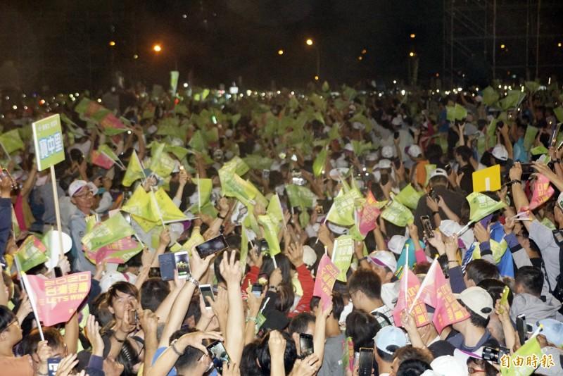 蔡英文高雄競選總部成立,入夜之後現場已擠滿支持人潮。(記者黃佳琳攝)