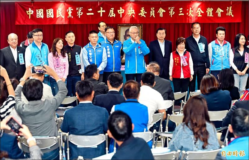 國民黨昨天召開中央委員會全體會議,對不分區立委名單行使同意權,主席吳敦義(中)、立委曾銘宗(右五)、退將吳斯懷(左一)等通過提名。(記者簡榮豐攝)