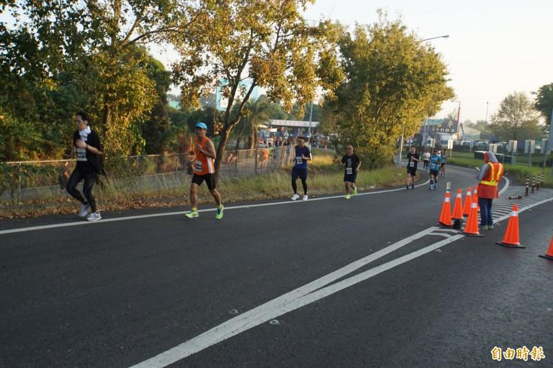 雲林咖啡半程馬拉松千人跑上國道,78快速道路配合封閉一個早上。(記者詹士弘攝)