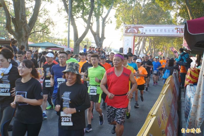 第一屆「雲林咖啡半程馬拉松」今天早在古坑綠色隧道公園舉行,吸引兩千多人參加。(記者詹士弘攝)
