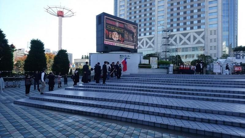 楊政典指一群人在東京巨蛋外面喊「韓國瑜凍蒜」,是真心挺國球還是挺國瑜?(取自臉書楊政典(政典.正點))