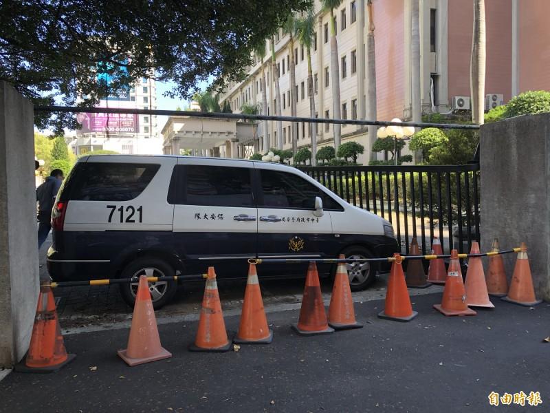 市警局側門鐵門被撞到凹陷,上午趕緊圍起善後。(記者許國楨攝)