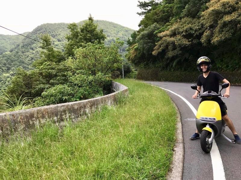 方德良在台期間經常騎電動機車「趴趴走」。(記者王冠仁翻攝)