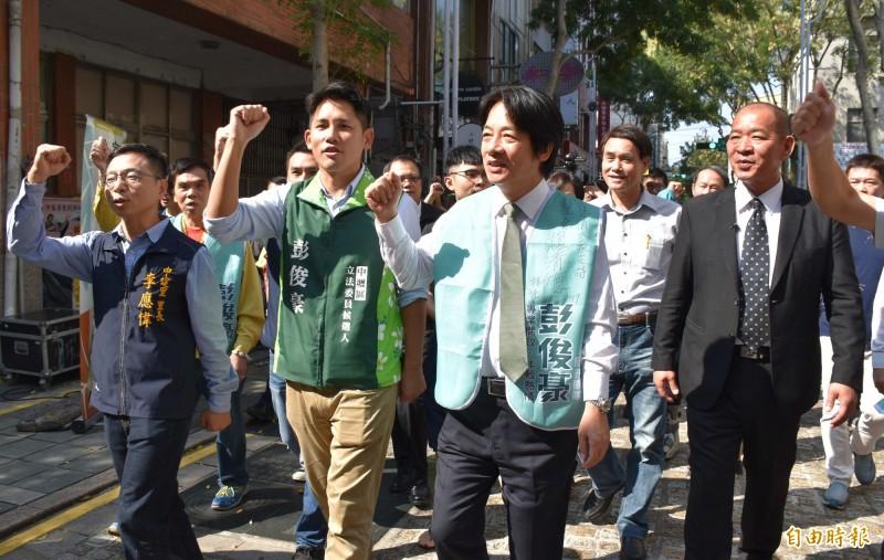 賴清德和彭俊豪等人一起出席新住民市集活動。(記者李容萍攝)