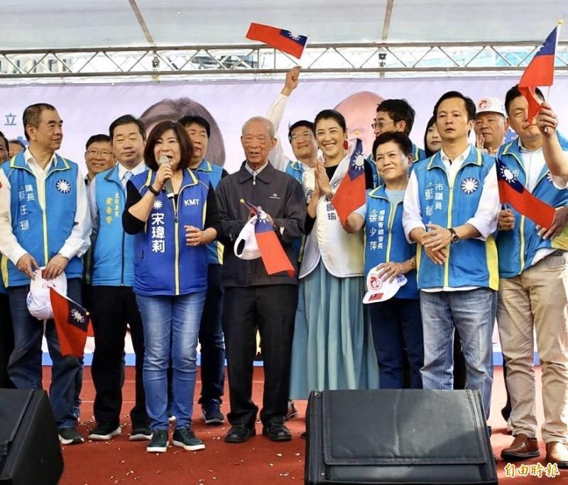 國民黨基隆立委提名人宋瑋莉今天舉行競選總部成立大會,國民黨基隆市民意代表等貴賓大團結,一起現身相挺。(記者俞肇福攝)