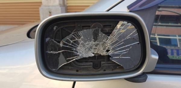 謝姓律師的轎車照後鏡遭破壞。(記者蔡彰盛翻攝)