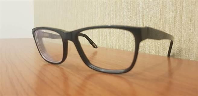 被害律師的眼鏡遭踩碎。(記者蔡彰盛翻攝)