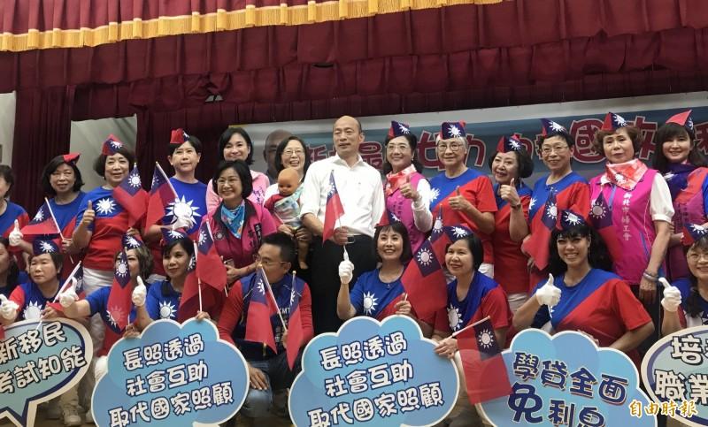 國民黨總統提名人韓國瑜17日為婦女後援會成立大會授旗。(記者陳心瑜攝)