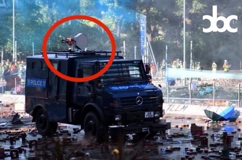 港警17日傳動用「聲波炮」對付抗爭學生。   (圖翻攝自「城市廣播」臉書專頁)