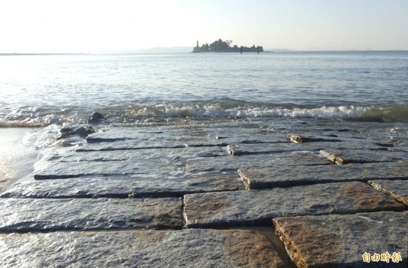 孤懸海上的建功嶼,漲潮時,連結岸邊的石板步道很快就被海水淹沒。(記者吳正庭攝)