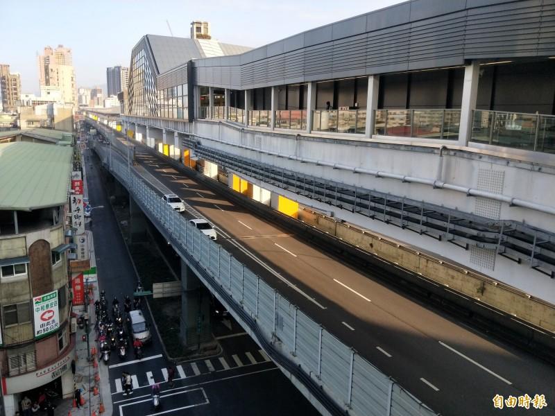 捷運環狀線中和區景安站,架設在台六十四線上。(記者何玉華攝)