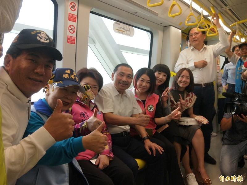 新北市長侯友宜與多名議員試乘捷運環狀線。(記者何玉華攝)