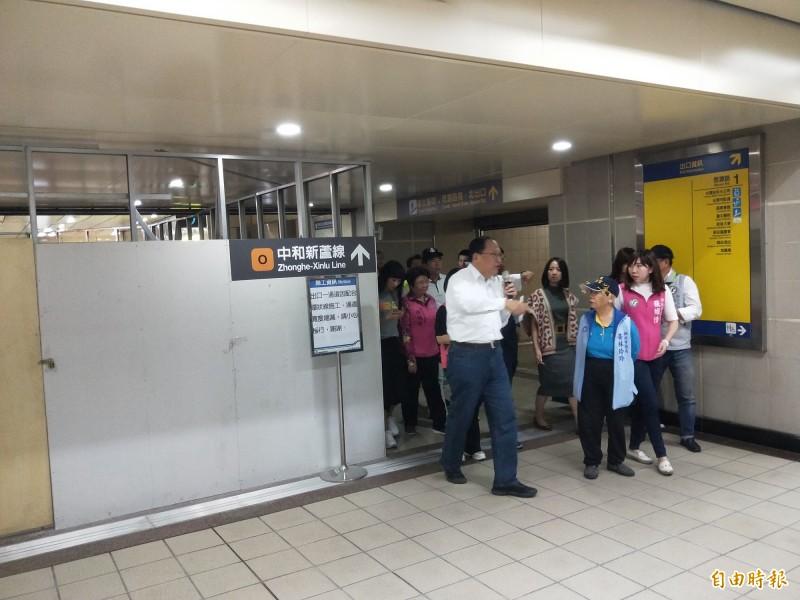 環狀線頭前庄站的站內轉乘動線目前封閉中(左側),未來環狀線營運後,與中和新蘆線將可站內連通。(記者何玉華攝)