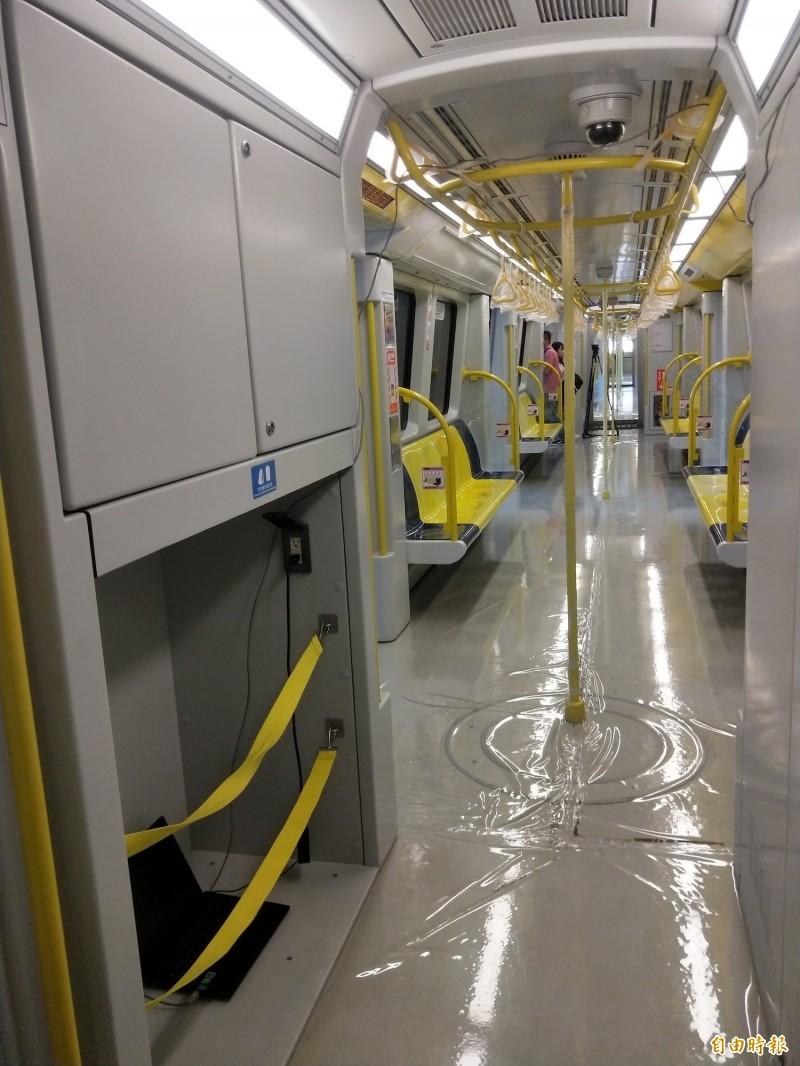 捷運環狀線列車設有行李放置處,對出國要去轉乘捷運機場線的民眾,相當貼心。(記者何玉華攝)