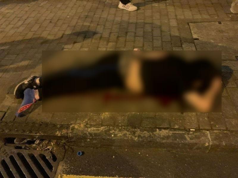 香港的「連續自殺案件」,疑點越來越多,圖為一名黑衣男子13日被發現倒臥血泊中,後送醫不治。(圖擷取自反送中核實資訊)