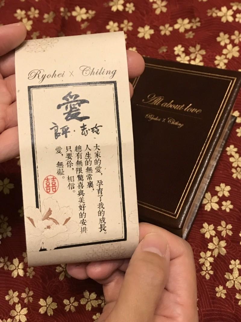 台南市政府日前送給台南女兒林志玲「嫁妝一牛車」,市長黃偉哲今天收到林志玲與AKIRA的新婚紀念禮。(台南市政府提供)
