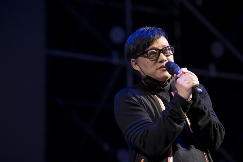 「撐香港 要自由」演唱會今晚在台北自由廣場前舉行,香港作詞人林夕上台演講。(守民主護台灣大聯盟提供)