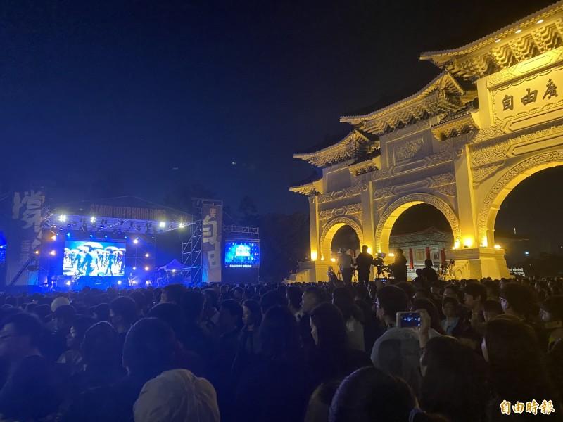 「撐香港 要自由」演唱會今晚在台北自由廣場前舉行。(記者吳書緯攝)
