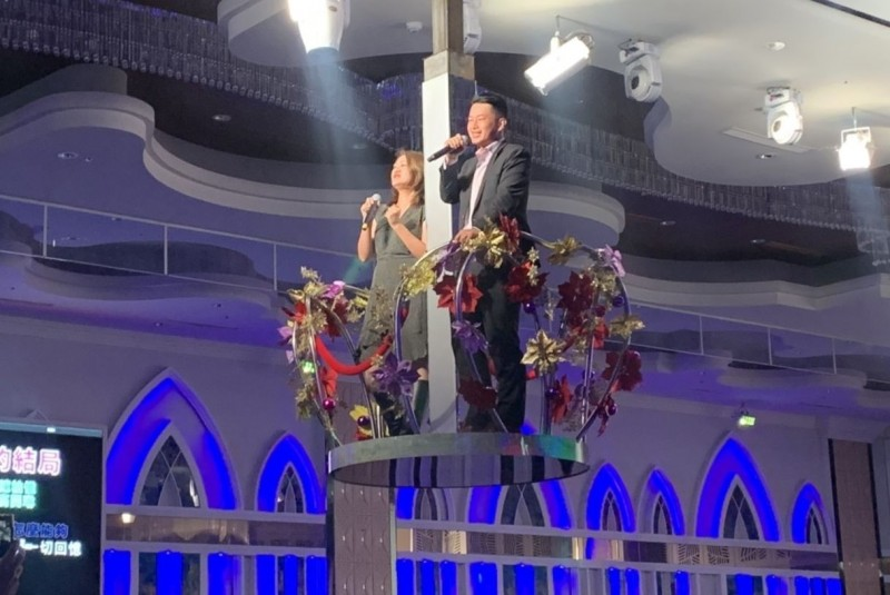 台灣基進陳柏惟(右),今晚返回高雄「從高雄贏回台灣」脫口秀,並和高雄市議員高閔琳合唱一首「無顏的結局」。(記者陳建志翻攝)