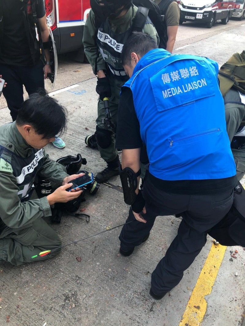 1名警方的傳媒聯絡隊成員左小腿中箭受傷。(美聯社)