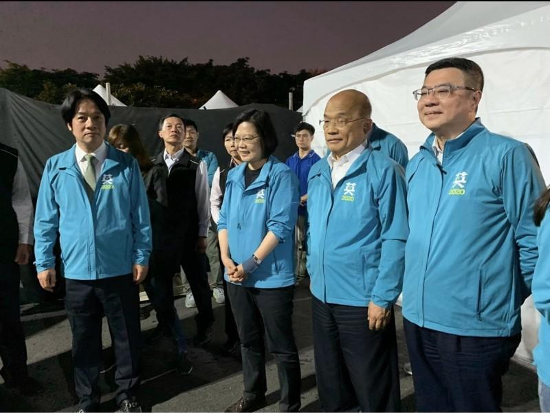 行政院長蘇貞昌(右2)傳出病毒感染導致顏面神經麻痺。(圖擷取自賴坤成臉書)