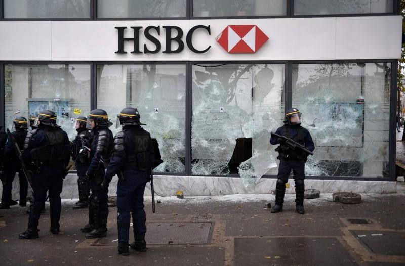 香港匯豐銀行巴黎分行的玻璃整片被示威者砸碎。(法新社)