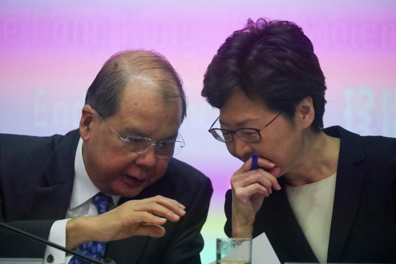 政務司司長張建宗(左)指出,若出現三類事故可能將押後選舉,包括「騷亂、公開暴力或任何危害公眾健康或安全的事故」。(歐新社)