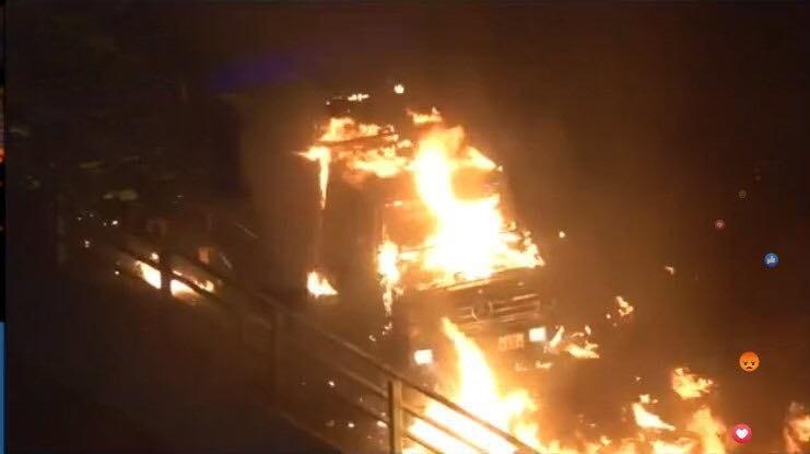 銳武裝甲車遭到燃燒彈攻擊起火。(圖擷取自TG_鍵盤戰線頻道)