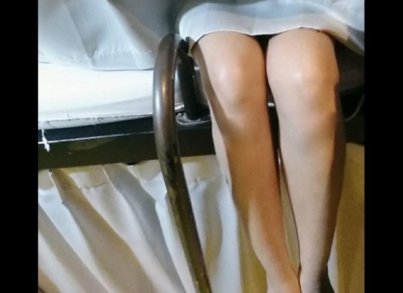 一名正妹網友在臉書社團爆料自己在旅館發生的糗事,她因為發燒要出門買藥,卻因為腳麻導致無法動彈,並將白皙長腿掛在床邊。別床的旅客卻在她痛苦呻吟時開門入房,因此被嚇壞慘叫,讓原PO好尷尬。(圖片擷取自「爆廢公社公開版」)