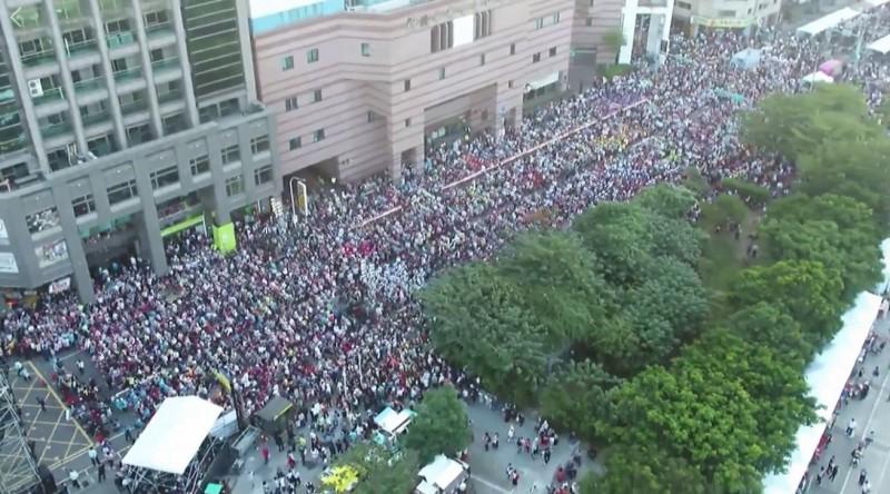 從活動現場下午4點30分許的空拍照來看,蔡英文台北競選總部周邊道路都是人潮。(圖擷取自蔡英文臉書)
