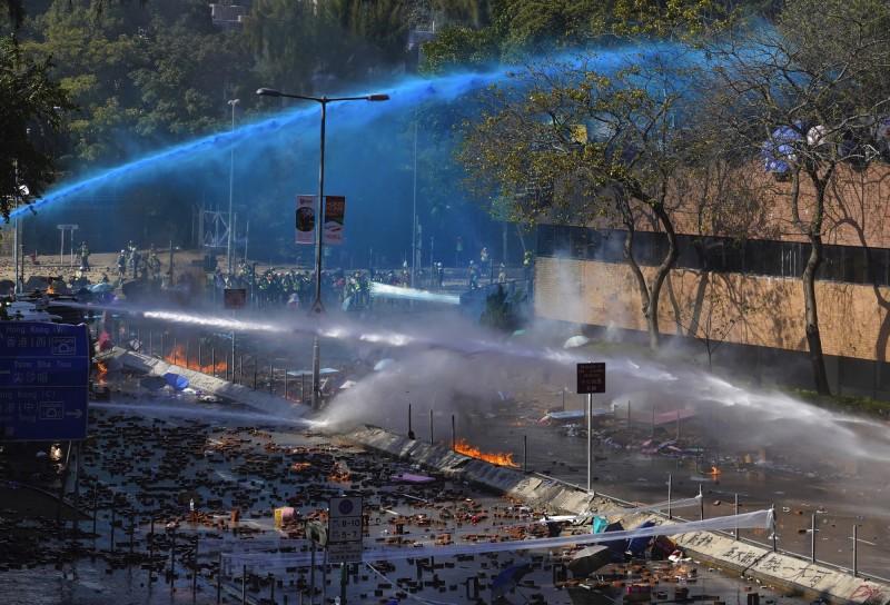 香港理工大學外再現警民衝突,警方試圖以藍色水柱驅離示威者。(美聯社)